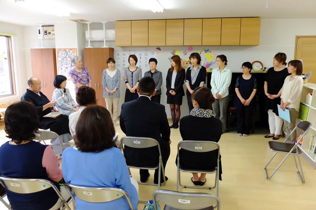 中妻町に開設された「虹の家」の開所式で紹介される保育士など9人のスタッフ