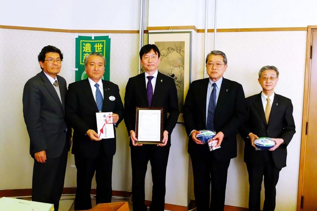 「ラグビーカフェ」で使用する什器を寄贈した岡村製作所東日本支社の山本支社長