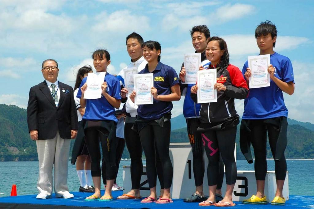 釜石出身の石川選手(前列左から3人目)ら大会入賞者
