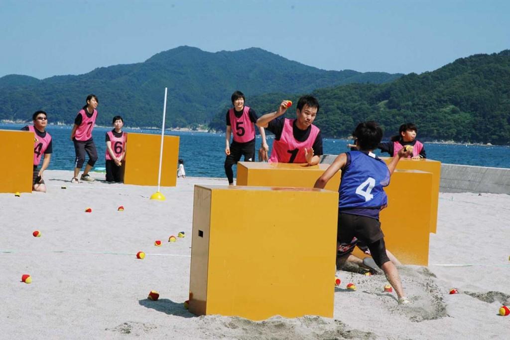 震災を乗り越えた浜辺で、県内の雪合戦強豪チームが熱い戦いを繰り広げた交流戦