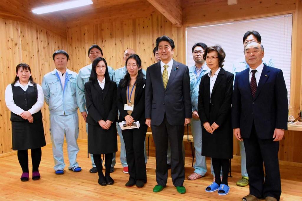 震災からの復興状況を確認するため釜石地方森林組合を視察した安倍晋三首相。前列右端は久保知久組合長