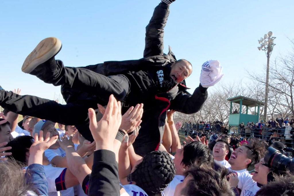 引退の胴上げで8度も宙を舞った伊藤剛臣選手。見守るファンからは「ありがとうー」と感謝の声が上がった