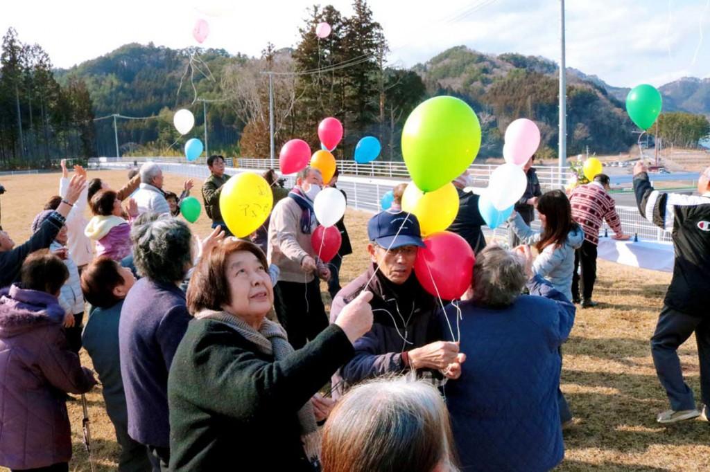 古里「根浜」の再興を願い、色とりどりの風船を空に放つ住民ら=11日、午後2時50分